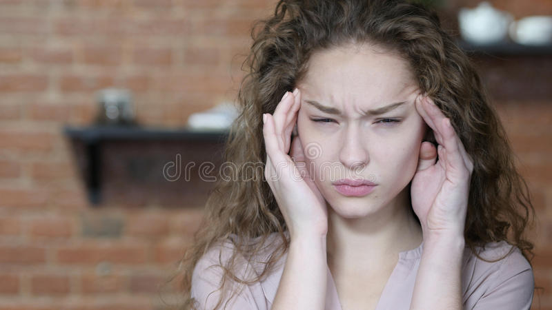 Kopfschmerzen, Frustration, angespanntes Schönheits-Porträt lizenzfreie stockfotografie