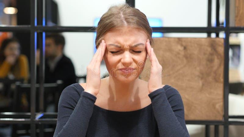 Kopfschmerzen, frustriertes, angespanntes junges Mädchen, Porträt lizenzfreies stockfoto