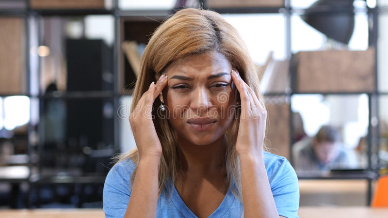 Kopfschmerzen, frustriertes, angespanntes schwarzes Mädchen, Porträt lizenzfreies stockfoto