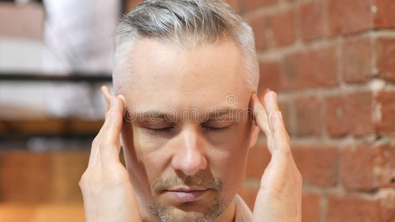 Kopfschmerzen, Umkippen-angespannter Mittelalter-Mann-Abschluss oben lizenzfreie stockfotos