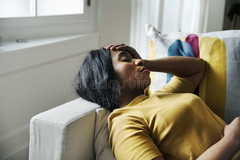 Kopfschmerzen und Schlafen der schwarzen Frau lizenzfreie stockfotografie