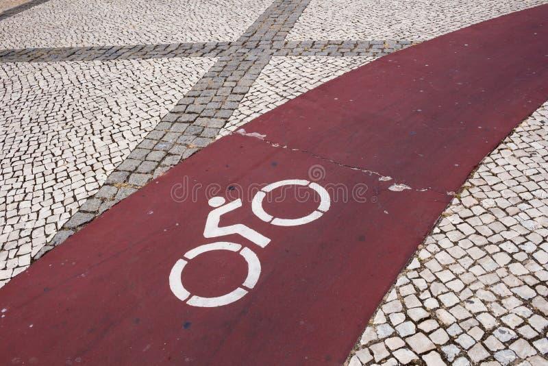 Kopfsteinpflasterung und eine Straße für Fahrräder lizenzfreies stockfoto