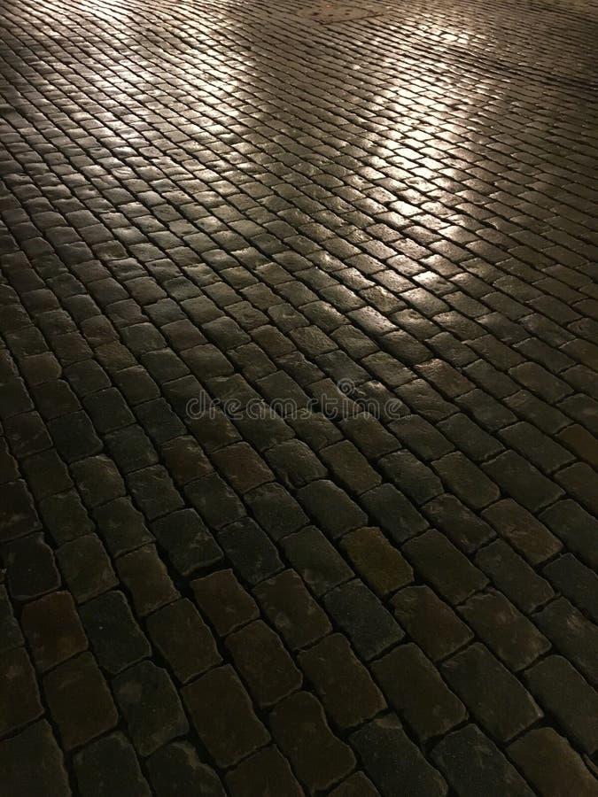 Kopfsteinstraße nachts stockfotos
