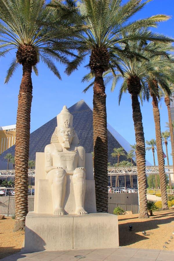 Kopia av den forntida egyptiska statyn på det Luxor hotellet och kasinot in arkivbilder