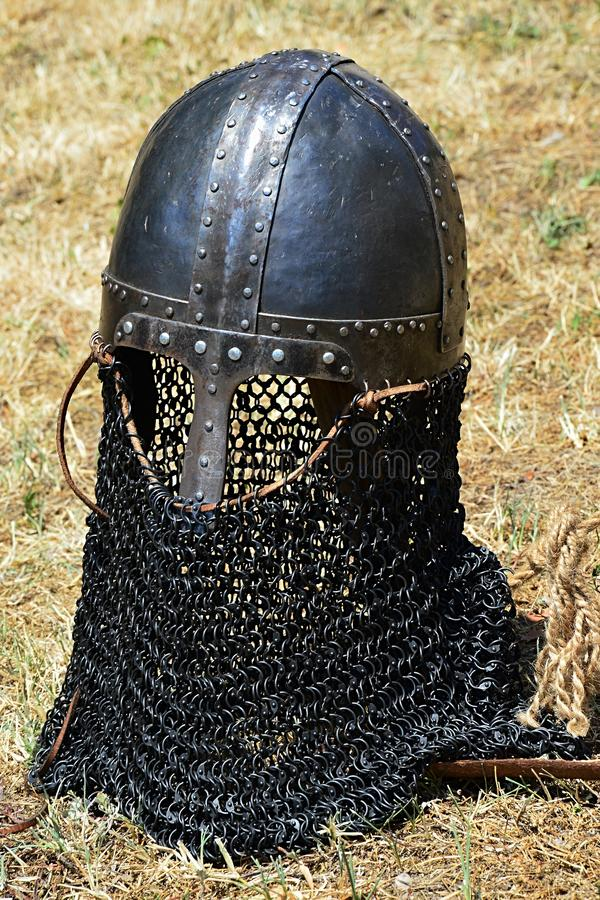 Kopia av den medeltida hjälmen för konisk norman casque med nässtycket och chainmailskydd av sidor, munnen, halsen och baksida royaltyfria foton