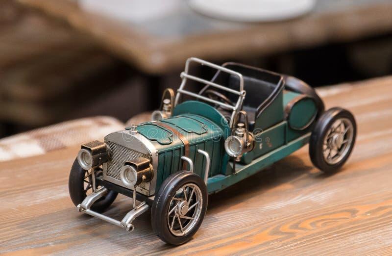 Kopia av en gammal antik bil på trätabellen Inre detalj i ett kafé arkivfoton