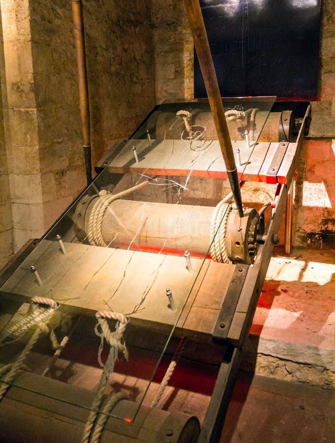 Kopia av fostrat, instrument av tortyr i källaren av tornet Wakefield på tornet av London, UK royaltyfria foton