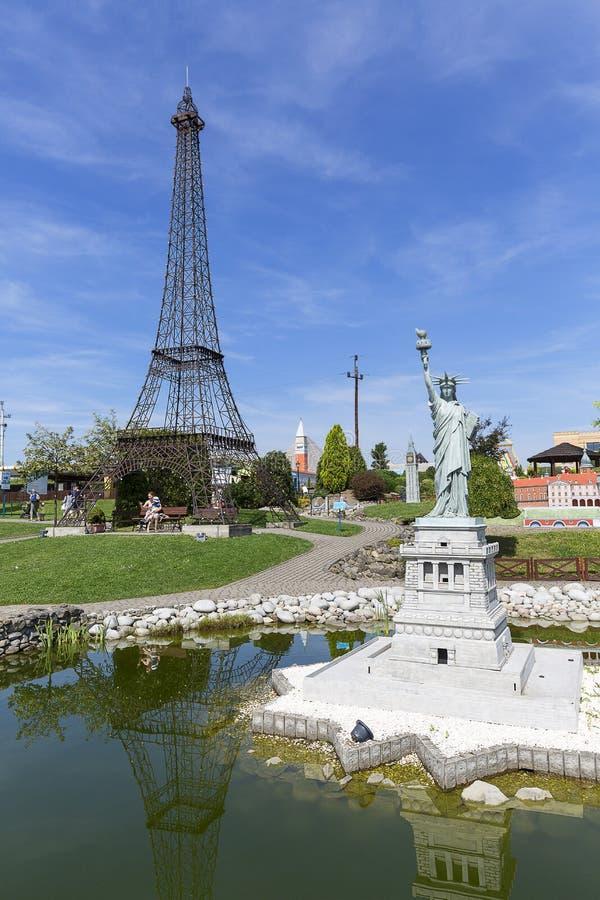 Kopia av statyn av Liberty New York, USAand Eiffeltorn Paris, Frankrike, Inwald, Polen fotografering för bildbyråer