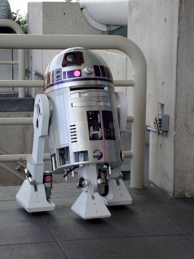 Kopia R2-D2 p? sk?rm p? WonderCon p? mosconekonventcentret royaltyfri foto