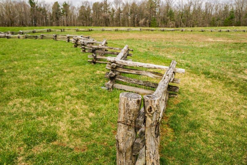 Kopia Rozszczepiający Sztachetowy ogrodzenie w polu fotografia stock