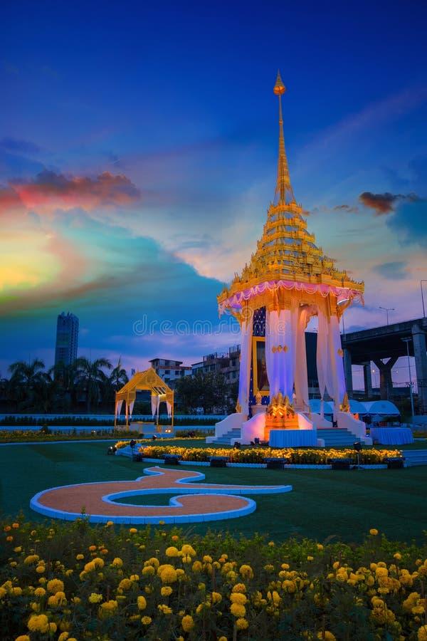 Kopian av den kungliga krematoriet av hans sena konung Bhumibol Adulyadej som byggs för den kungliga begravningen på BITEC - Bang royaltyfri foto