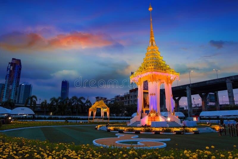 Kopian av den kungliga krematoriet av hans sena konung Bhumibol Adulyadej som byggs för den kungliga begravningen på BITEC - Bang royaltyfria bilder