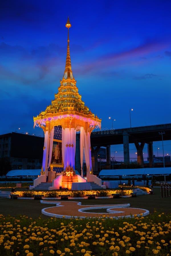Kopian av den kungliga krematoriet av hans sena konung Bhumibol Adulyadej som byggs för den kungliga begravningen på BITEC - Bang arkivbilder