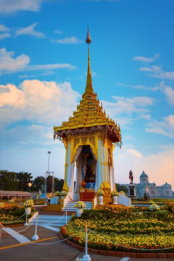 Kopian av den kungliga krematoriet av hans sena konung Bhumibol Adulyadej som för majestät byggs för den kungliga begravningen på arkivbilder