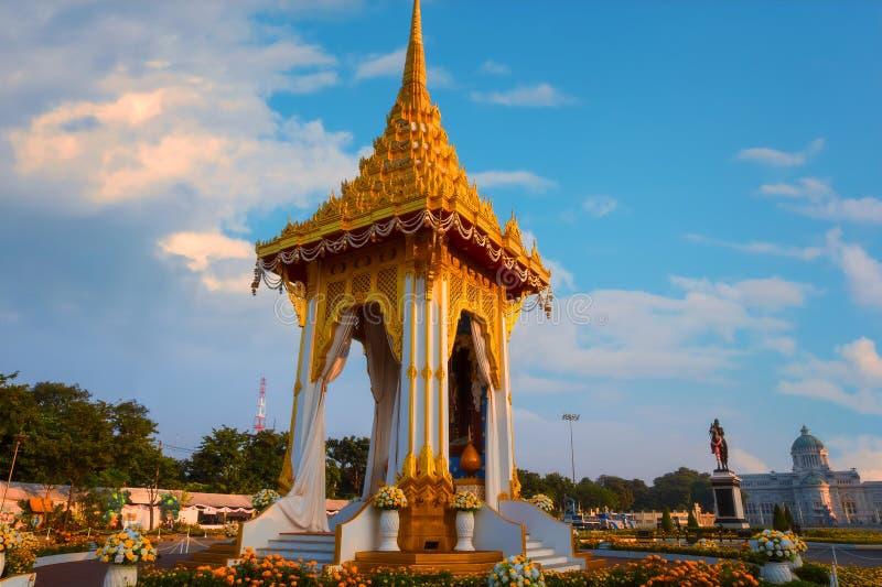 Kopian av den kungliga krematoriet av hans sena konung Bhumibol Adulyadej som för majestät byggs för den kungliga begravningen på royaltyfria bilder