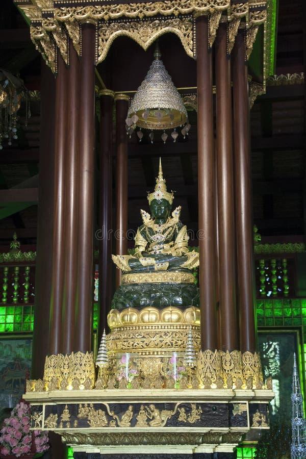 Kopian Emerald Buddha på Wat Phra Kaew, originalet fanns på denna plats men förflyttades till Bangkok royaltyfri bild