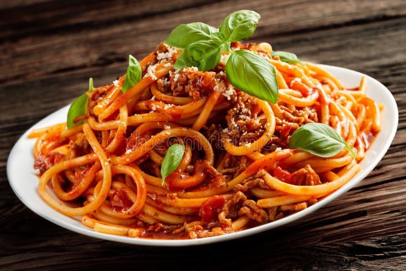 Kopiasty talerz Włoski spaghetti Bolognaise obrazy royalty free