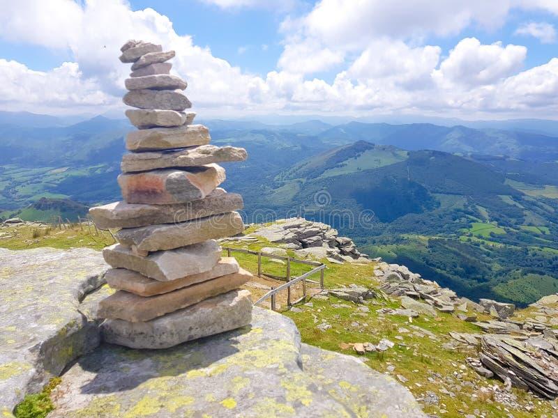 kopiec &-x28; Inukshuk rocks&-x29; przy wierzcho?kiem losu angeles Rhune g?ra w Atlantyckich Pyrenees Granica mi?dzy Hiszpania i  obrazy stock