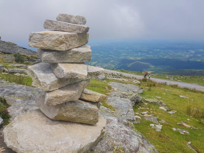 kopiec &-x28; Inukshuk rocks&-x29; przy wierzcho?kiem losu angeles Rhune g?ra w Atlantyckich Pyrenees Granica mi?dzy Hiszpania i  zdjęcie stock