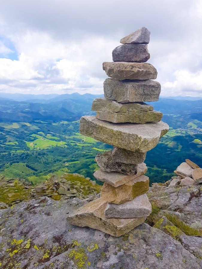 kopiec &-x28; Inukshuk rocks&-x29; przy wierzcho?kiem losu angeles Rhune g?ra w Atlantyckich Pyrenees Granica mi?dzy Hiszpania i  obraz royalty free