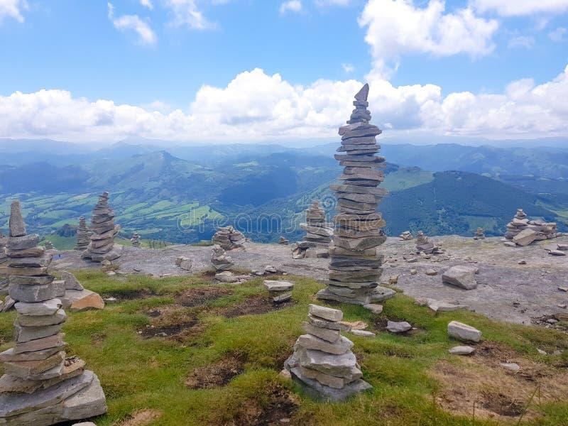 kopiec &-x28; Inukshuk rocks&-x29; przy wierzcho?kiem losu angeles Rhune g?ra w Atlantyckich Pyrenees Granica mi?dzy Hiszpania i  zdjęcie royalty free
