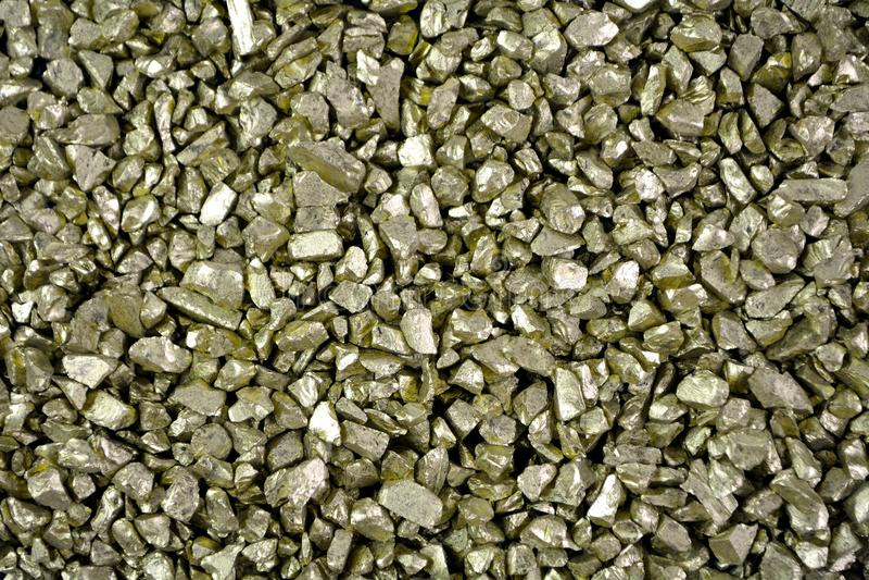Kopiec złocisty piaska zakończenia czerni tło, złocistych bryłek kamień obraz stock