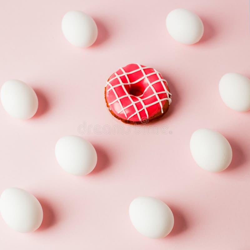 Kopieert de de witte eierenherhaling van Pasen met schaduw en roze doughnut op roze pastelkleurachtergrond, systeemfout, ruimte,  royalty-vrije stock afbeelding