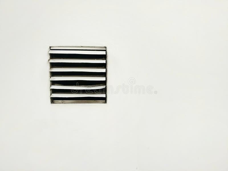Kopienraum und Luftbelüftung auf der weißen Wand/einigen Ventilatorflügel ist defekt lizenzfreie stockbilder