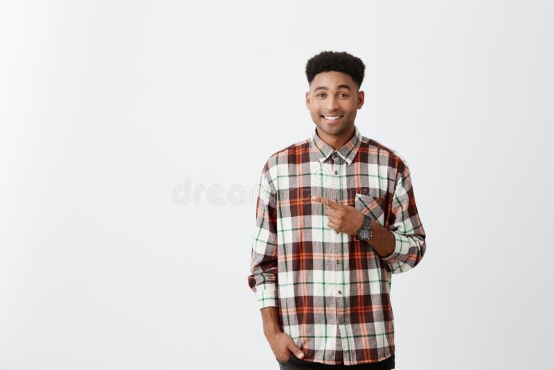 kopiera avstånd Stående av den unga attraktiva solbränna-flådde gladlynta grabben med den afro frisyren i tillfällig skjorta som  arkivfoton