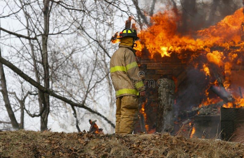 kopiera brandbrandmanavstånd arkivfoto