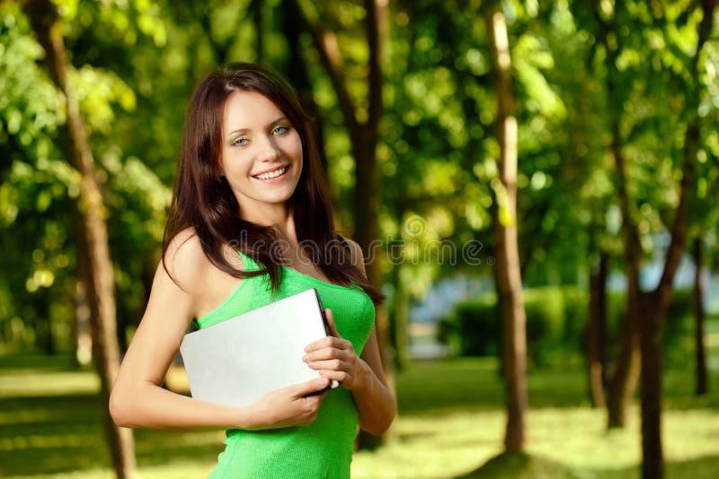 kopiera kvinnan för holdingbärbar datoravstånd royaltyfri foto