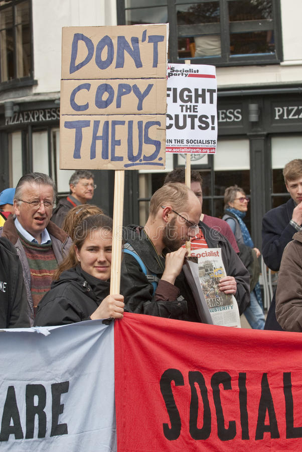 kopiera universitetsläraren rymmer plakatpersonen som protesterar som säger t arkivfoto