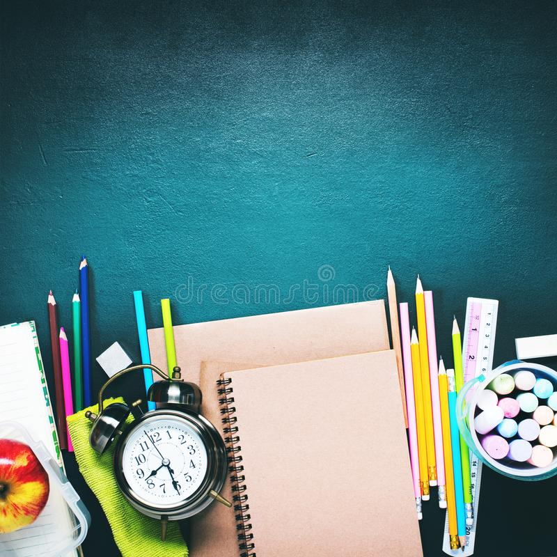 Kopieren Sie Raum zurück zu Schulwecker-Briefpapier-Ebene lizenzfreie stockfotografie