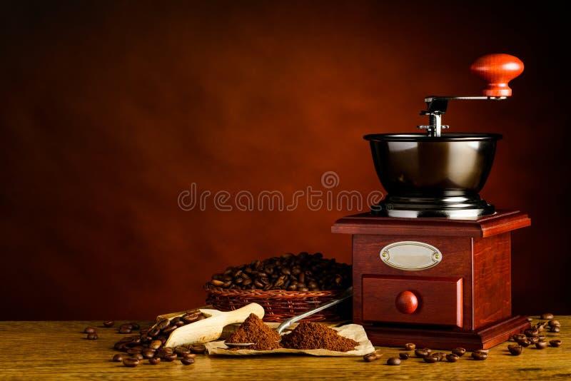Download Kopieringsutrymme Med Den Grillade Kaffebönor Och Molar Arkivfoto - Bild av jordning, text: 78725088