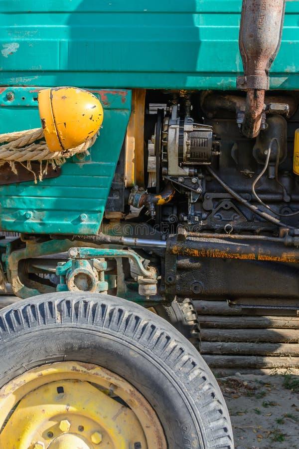 Koplamp en wiel van oude voertuigclose-up Kleurrijke achtergrond stock afbeelding