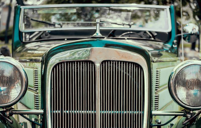 Koplampen en radiator van groene oude retro auto dichte omhooggaand stock fotografie