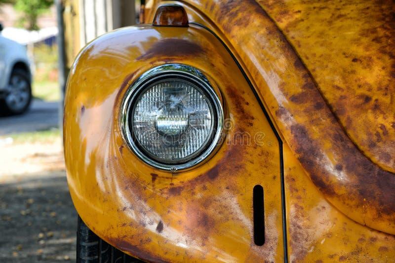 Koplampen van gele auto Retro dichte omhooggaand van het autodeel de uitstekende lamp van de autokoplamp stock fotografie