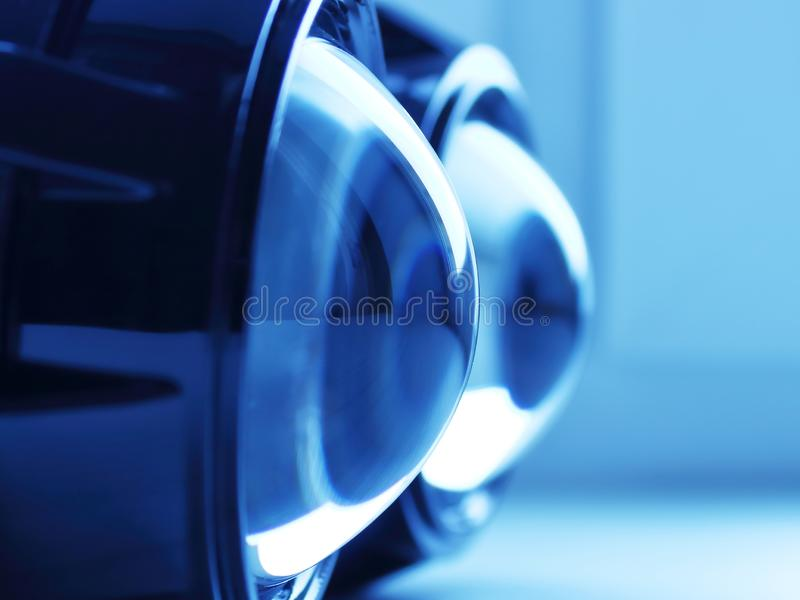 Koplamplenzen in blauwe backlight stock fotografie