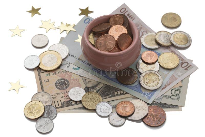 Kopp av överflöd som isoleras på vit bakgrund, symbol av rikedom och överflöd Skattbegrepp Mynt och sedlar från olikt royaltyfri fotografi