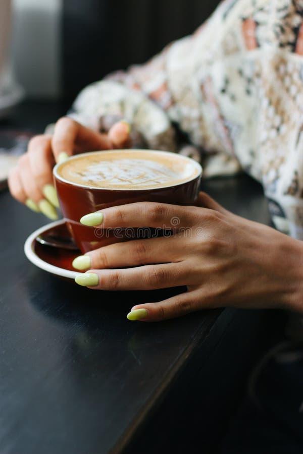 Kopp av cappuccino med lattekonst royaltyfri bild