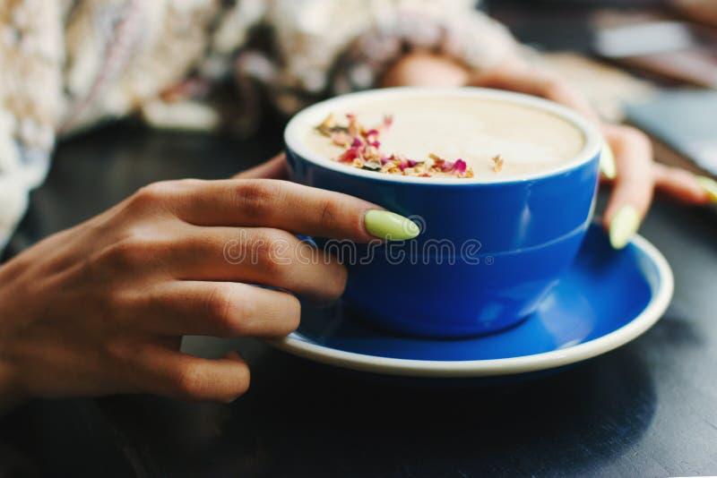 Kopp av cappuccino med lattekonst royaltyfria foton