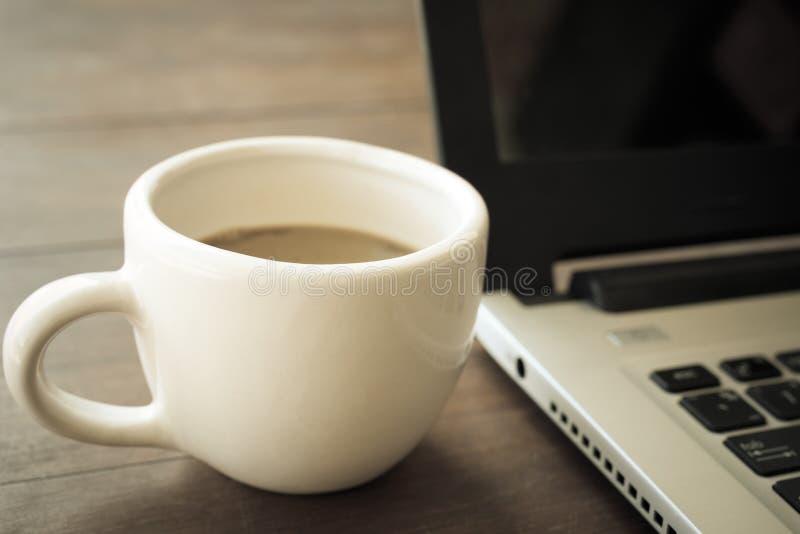 Kopp av cofee i vitt exponeringsglas royaltyfri foto