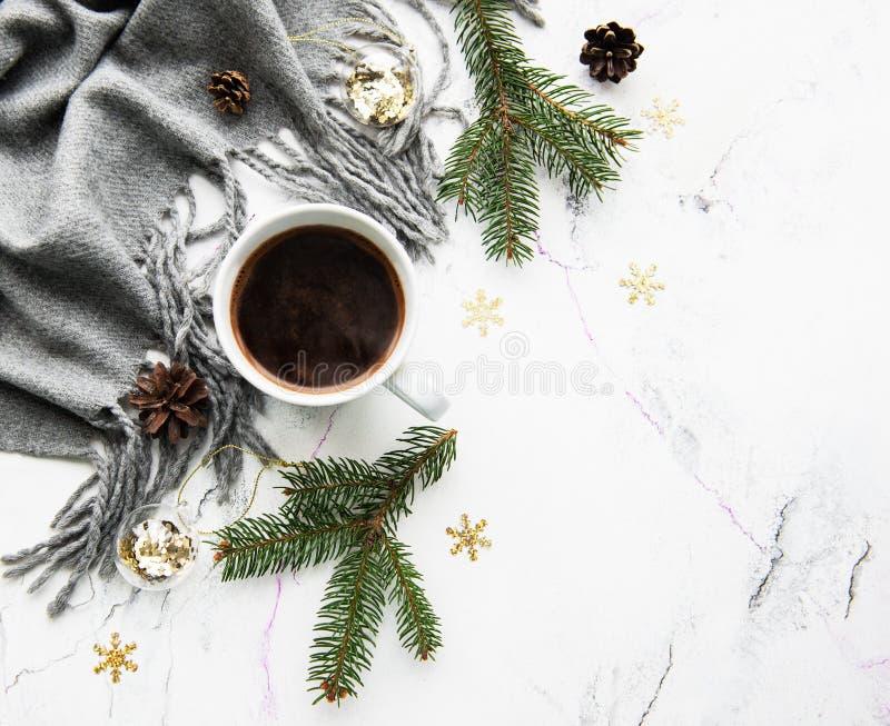 Kopp av coffe, halsduk och garneringar arkivfoton