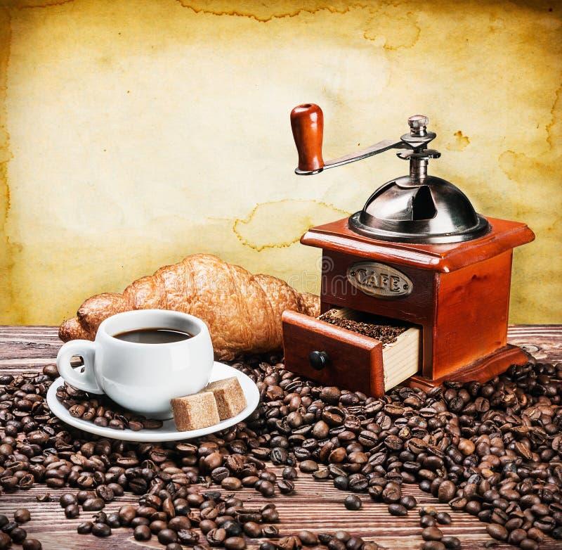 kopp av den varma kaffe och kaffekvarnen arkivfoton