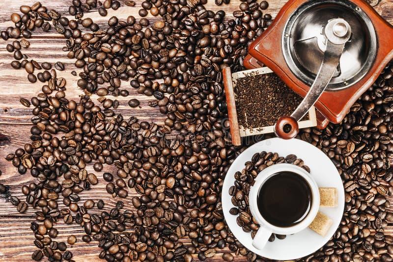 kopp av den varma kaffe och kaffekvarnen royaltyfria foton