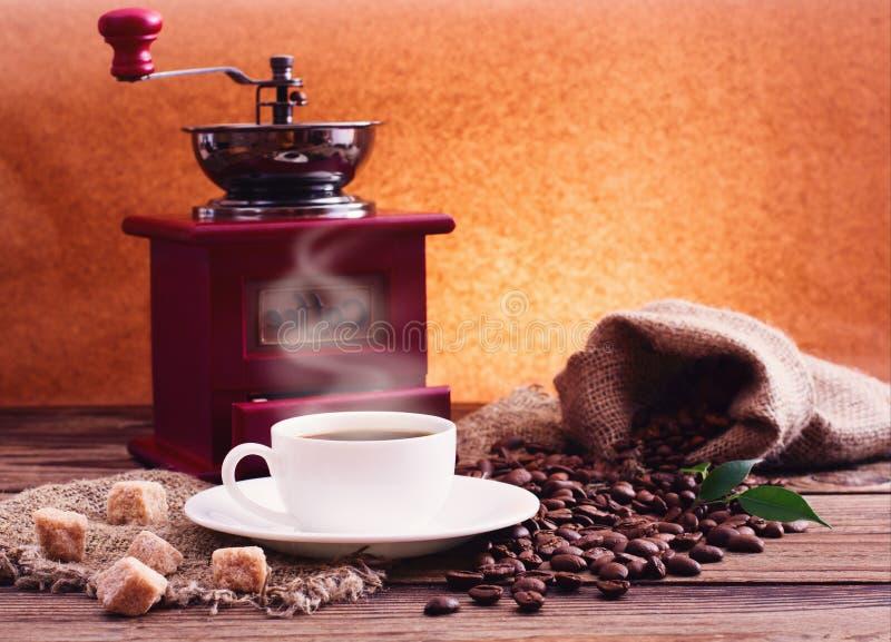 Kopp av den varma kaffe och molar. fotografering för bildbyråer