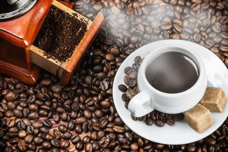 Kopp av den varma kaffe och molar royaltyfria foton