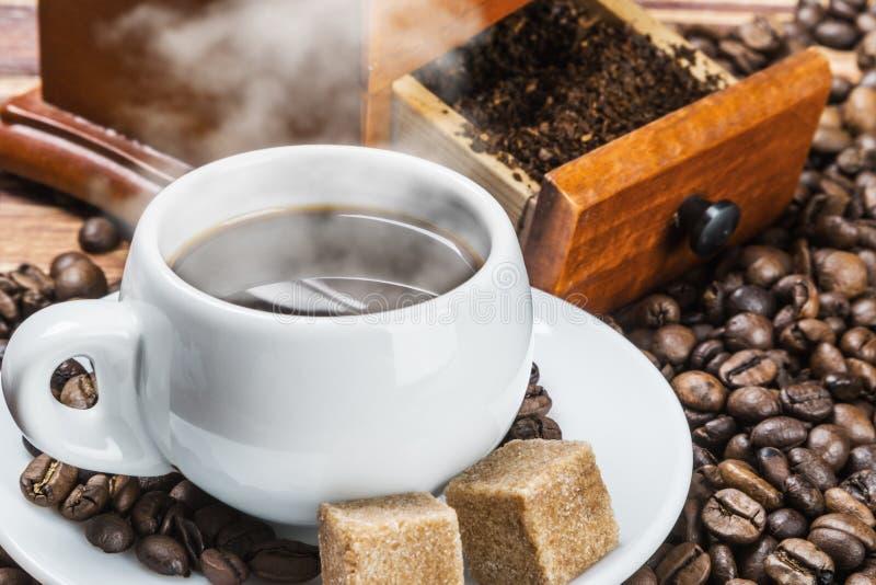 Kopp av den varma kaffe och molar arkivbilder