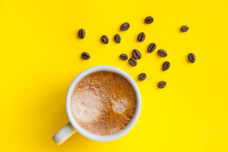 Kopp av espresso och grillade kaffebönor, bästa sikt arkivfoton
