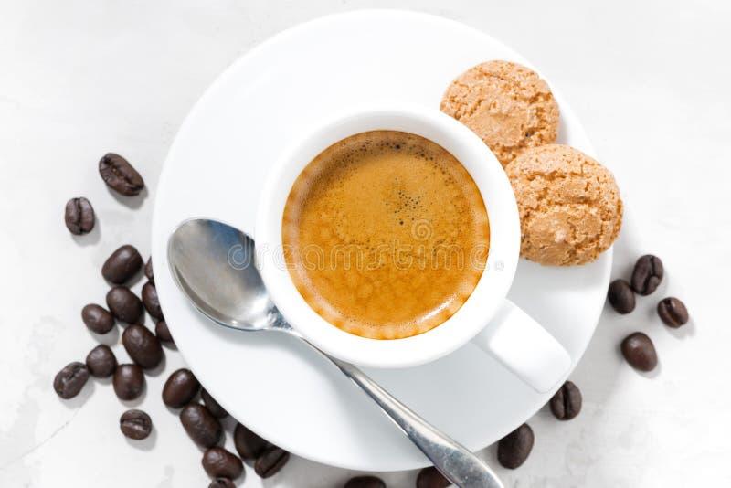 Kopp av espresso- och mandelkakor, bästa sikt fotografering för bildbyråer
